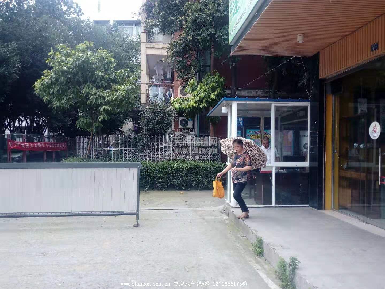 小区门口第一间,出门50米就是琉璃场地铁口